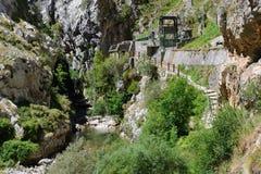 在山河的水力发电站 免版税库存图片