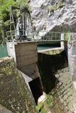 在山河的水力发电站 图库摄影