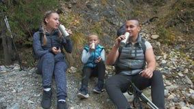 在山河附近的休息和饮料茶 家庭旅行 由山,河,小河的人环境 父项 影视素材