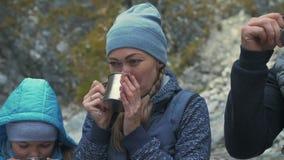 在山河附近的休息和饮料面汤 家庭旅行 由山,河,小河的人环境 股票视频