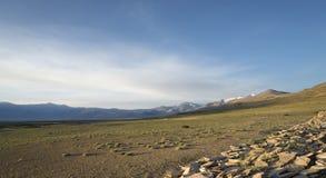 在山湖和佛教纪念碑的黎明 免版税库存照片