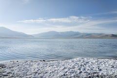 在山湖海岸的盐  免版税库存图片