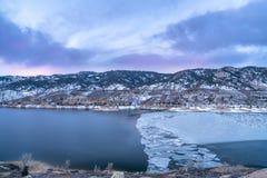 在山湖的冬天黎明 免版税图库摄影
