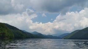 在山湖的多云大气 免版税图库摄影