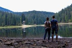 在山湖的夫妇 免版税库存图片