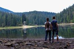 在山湖的夫妇 免版税库存照片