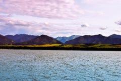 在山湖的日落 免版税图库摄影