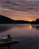 在山湖的日落 库存照片
