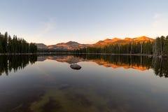 在山湖的日落 免版税库存图片