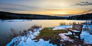 在山湖的日落 库存图片