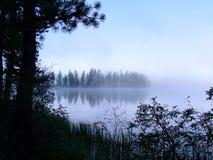 在山湖的早晨薄雾。 库存照片