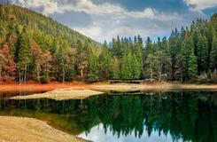 在山湖的木码头在Synevir国家公园 免版税库存照片