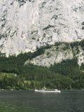 在山湖的游轮航行 高山断层块,美丽的峡谷在奥地利 旅行小船风帆 免版税库存图片