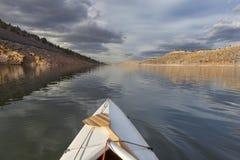 在山湖的独木舟 库存照片