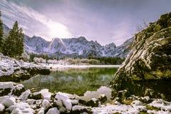 在山湖的第一雪 库存图片