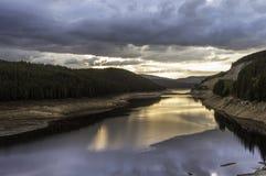 在山湖的美好的夏天日落 免版税图库摄影