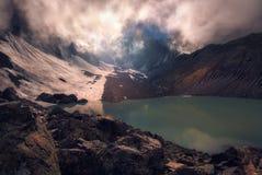 在山湖的薄雾 库存图片