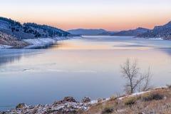 在山湖的镇静冬天黄昏 免版税库存图片