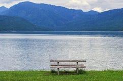 在山湖的长凳 免版税库存图片