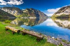 在山湖的长木凳在阿尔卑斯 图库摄影