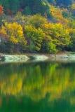 在山湖的晴天 库存照片