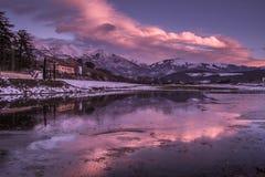 在山湖createb的被迷惑的日落由诺尔恰Torbidone河  库存照片