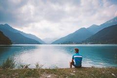 在山湖Lago di Ledro附近供以人员骑自行车者休息在意大利 库存图片