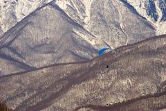 在山滑翔伞之上 图库摄影