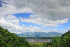 在山热带森林中的湖反对天空在越南 免版税库存图片