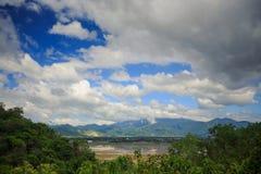 在山热带森林中的湖反对天空在越南 免版税图库摄影