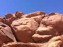 在山特写镜头的红色石头在一个晴天 arizonian 美国 图库摄影