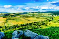 在山的一个更低的倾斜的谷 免版税库存照片