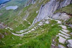 在山的一个自然蜒蜒楼梯 库存图片