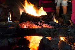 在山的一个营火 库存照片