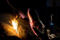 在山的一个营火 库存图片