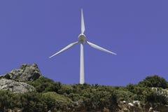 在山的一台风车 背景蓝天 库存照片