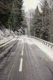 在山的一条多雪和冰冷的路 库存图片