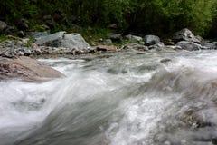 在山的一条小河 库存图片