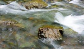 在山的一条小河 库存照片