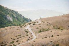 在山的一条弯曲的路 库存图片