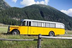 在山的一辆黄色公共汽车 免版税图库摄影