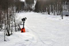 在山的一门雪大炮 免版税库存图片