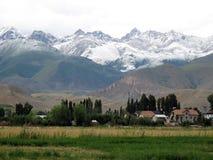 在山的上流是村庄 图库摄影