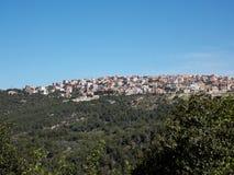 在山的上面的一个小黎巴嫩村庄 库存图片