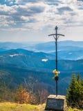 在山的上面的基督徒十字架 免版税库存图片