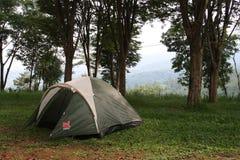在山的上面的帐篷 免版税库存图片