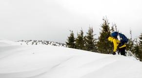 在山的上面的攀登 免版税库存图片