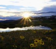 在山的上面的日落 免版税库存照片