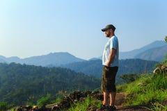 在山的上面的远足者 库存图片