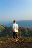 在山的上面的远足者 免版税库存照片